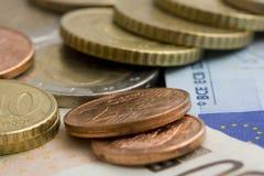 Euromünzen und Banknoten lizenzfreie stockfotos