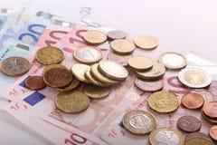 Euromünzen und -banknoten Stockbild