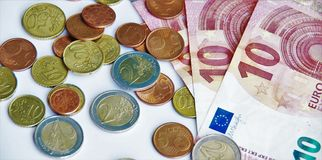 Euromünzen und Banknoten Stockbild