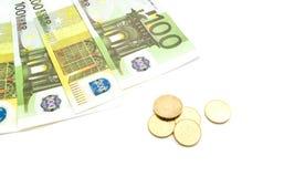 Euromünzen und -banknoten auf Weiß Lizenzfreie Stockfotos