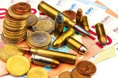 Euromünzen und Banknoten und Patronen des unterschiedlichen Kalibers Illegaler Handel in der Munition Verkauf von Waffen Finanzie lizenzfreies stockbild