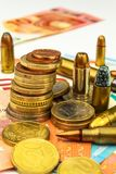 Euromünzen und Banknoten und Patronen des unterschiedlichen Kalibers Illegaler Handel in der Munition Verkauf von Waffen Finanzie stockbilder
