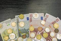 Euromünzen und Banknoten von verschiedenen Bezeichnungen Stockbilder