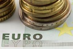 Euromünzen und Rechnungen Lizenzfreie Stockfotografie