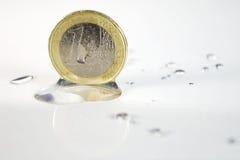 Euromünzen-und Wasser-Tropfen Stockbild