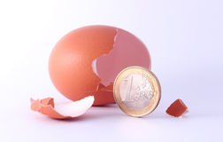 1 Euromünzenverlassen ein gebrochenes ausgebrütetes Ei Stockfoto