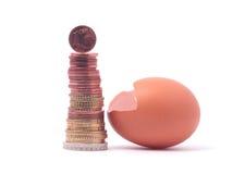 1 Euromünzenverlassen ein gebrochenes ausgebrütetes Ei nahe Banknote des Euros 100 Lizenzfreie Stockfotografie
