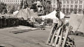 Euromaidan, маски противогаза вися на деревянных паллетах изолировано Стоковые Фотографии RF
