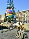 Euromaidan gasmaskar som hänger på träpaletter Arkivfoton