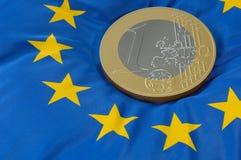 Euromünze auf europäischer Markierungsfahne Stockfoto