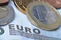 Euromünzen und Banknote Stockbild