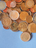 Euromynt, europeisk union över blått med kopieringsutrymme Arkivfoton