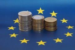 Euromynt, europeisk union, över flagga Royaltyfri Foto
