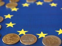 Euromynt, europeisk union, över flagga Fotografering för Bildbyråer