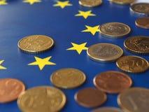 Euromynt, europeisk union, över flagga Royaltyfria Foton
