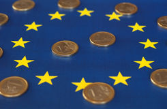 Euromynt, europeisk union, över flagga Royaltyfri Bild