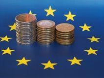 Euromynt, europeisk union, över flagga Arkivbilder
