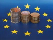 Euromynt, europeisk union, över flagga Arkivbild
