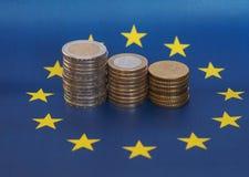 Euromynt, europeisk union, över flagga Royaltyfria Bilder