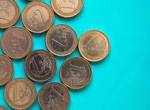 Euromynt, europeisk union över gräsplanblått med kopieringsutrymme Fotografering för Bildbyråer
