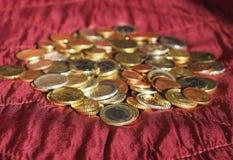 Euromynt, europeisk union över röd sammetbakgrund Royaltyfri Fotografi