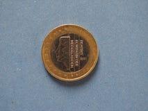 1 euromynt, europeisk union, Nederländerna över blått Royaltyfri Fotografi