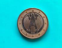 1 euromynt, europeisk union, Tyskland över gräsplanblått Royaltyfri Bild