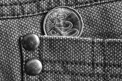 Euromynt med en valör av 20 eurocent i facket av grov bomullstvilljeans, monokromskott Royaltyfria Bilder