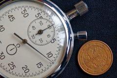 Euromynt med en valör av fem eurocent (tillbaka sida) och stoppuren på den slitna svarta grov bomullstvillbakgrunden - affärsbakg Arkivbild