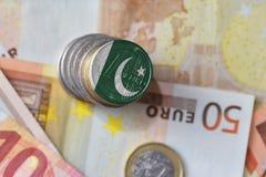 Euromynt med nationsflaggan av Pakistan på bakgrunden för europengarsedlar Royaltyfri Fotografi