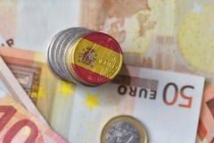 Euromynt med nationsflaggan av Spanien på bakgrunden för europengarsedlar Royaltyfria Bilder