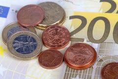 Euromynt och sedlar med den Touristic loppöversikten Arkivfoto