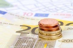 Euromynt och sedlar med den Touristic loppöversikten Royaltyfri Bild