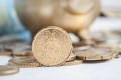 Euromynt och sedlar med guld- svinbakgrund Arkivbilder