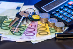 Euromynt och sedlar med räknemaskinen, isolerad penna Fotografering för Bildbyråer