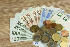 Euromynt och sedlar på tabellen Detaljerad sikt av det lagliga anbudet av den europeiska unionen, EU Royaltyfri Fotografi