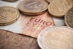Euromynt och sedlar på trätabellbakgrund Royaltyfri Bild
