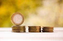 1 euromynt, på bunt av mynt Royaltyfri Fotografi