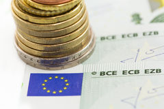 Euromynt på eurosedlar Royaltyfria Bilder