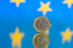 Euromynt p? en bl? bakgrund royaltyfri fotografi