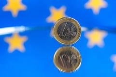 Euromynt p? en bl? bakgrund royaltyfri bild