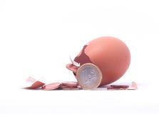 1 euromynt som får ut ur det spruckna kläckte ägget Royaltyfri Fotografi