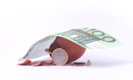 1 euromynt som får ut ur det spruckna kläckte ägget under sedel för euro 100 Royaltyfria Bilder