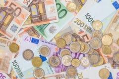 euromynt som ligger på sedlar Arkivfoton