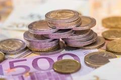 euromynt som ligger på sedlar Royaltyfria Foton