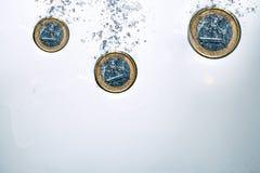Euromynt som ner faller Arkivbild