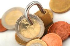 Euromynt som skyddas med hänglåset Royaltyfri Bild