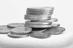 Euromynt som staplas p? de i olika positioner svartvit bild f?r selektiv fokus royaltyfri bild