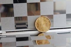 Euromyntet med en valör av tjugo eurocent i spegel reflekterar plånboken, rutig bakgrund - tillbaka sida Royaltyfri Bild