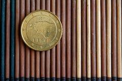 Euromyntvalören är 50 eurocent ligger på träbambutabellen - tillbaka sida Royaltyfri Fotografi